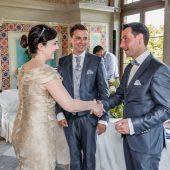Hochzeitssängerin Anke Wagner gratuliert dem Paar