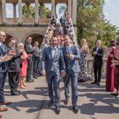 Brautpaar wird von Freunden umjubelt