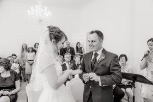 Brautpaar beim Ringwechsel - Hochzeitssängerin Anke singt dazu eine Ballade