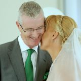 Brautpaar kuschelt zu Livegesang
