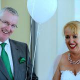 Lachendes Hochzeitspaar mit Luftballon