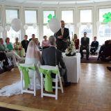 Hochzeitspaar lauscht dem Gesang von Anke Wagner vorm Altar