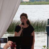 Sängerin Anke Wagner singt zur Trauung im Freien am See