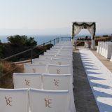 Location der Hochzeitszeremonie weisse Bestuhlung und Hochzeitsaltar vor dem Eintreffen der Gäste