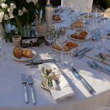 Eingedeckter Hochzeitstisch mit Blumenschmuck