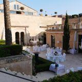 feierlich eingedeckte Hochzeitstische in historischem Innenhof von Cap Rocat