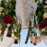 Rote und Weisse Rosen am Hochzeitsaltar