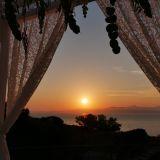 Romantischer Hochzeitsaltar mit Sonne die im Meer versinkt