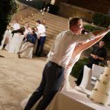 Das Brautpaar schneidet gemeinsam die Hochzeitstorte an