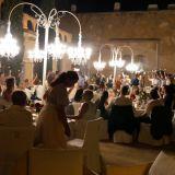 Anke singt zum Hochzeitstanz und die Hochzeitsgäste unterstützen mit Wunderkerzen
